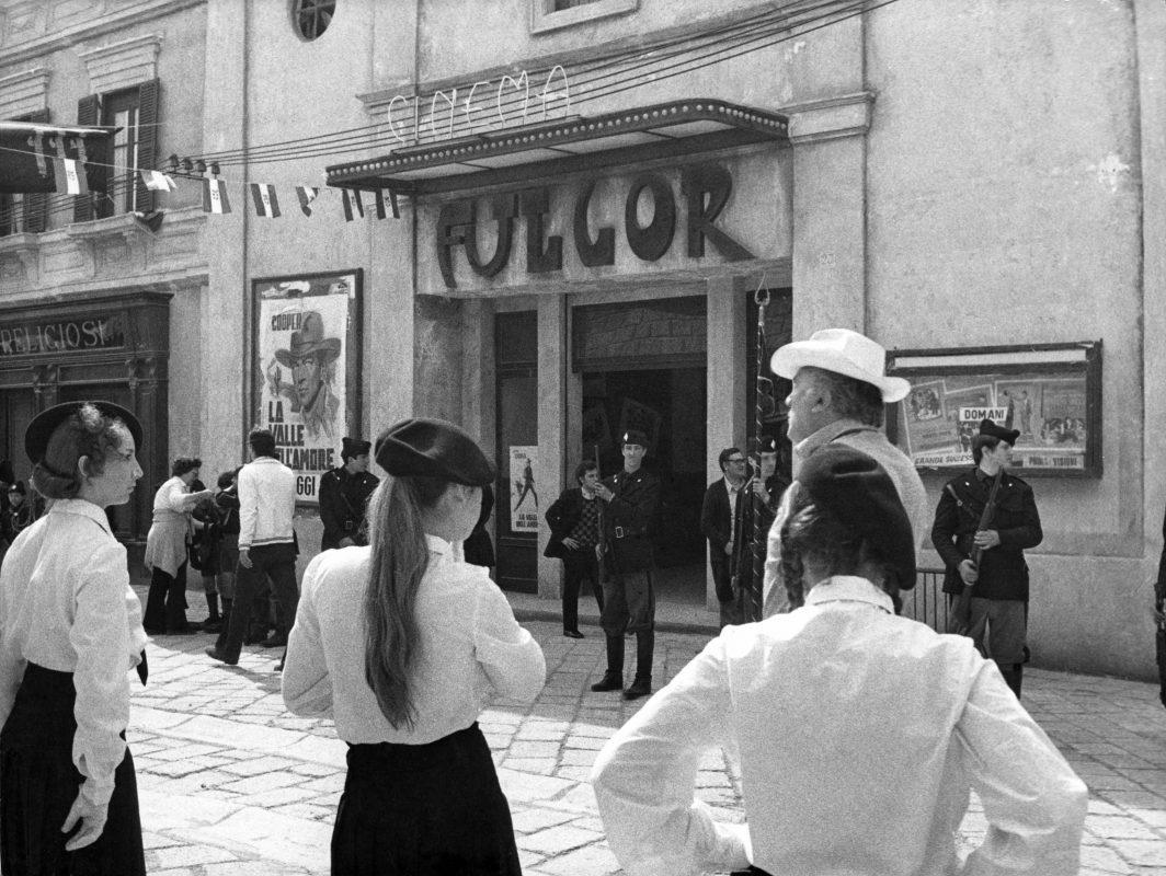 Federico Fellini sul set di Amarcord davanti alla ricostruzione del Cinema Fulgor