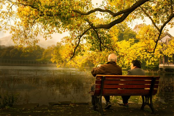Due anziani discutono su una panchina